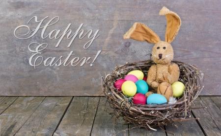 huevos de pascua: tarjeta de Pascua con conejito de Pascua y huevos de Pascua Foto de archivo