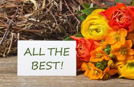 Blumen und weiße Karte mit Schriftzug nur das Beste