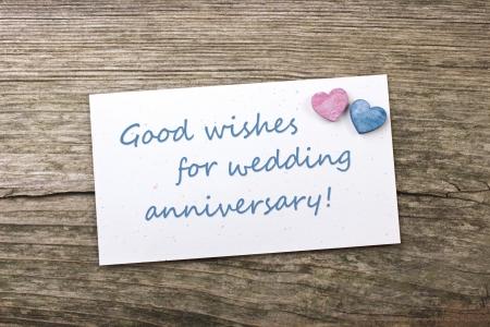 aniversario de boda: corazones y tarjeta del aniversario de boda Foto de archivo