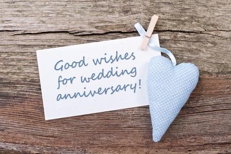 aniversario de boda: corazones, giros estrechos y tarjeta del aniversario de boda