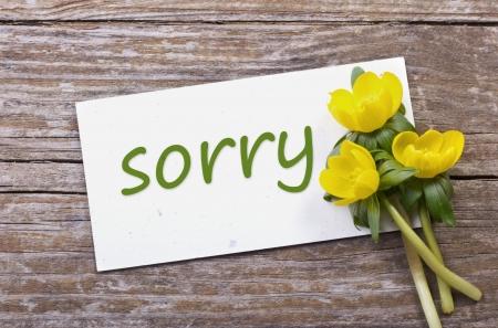 gelben Blüten und Karte mit Schriftzug leid,