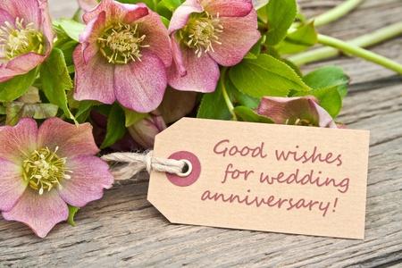 aniversario de boda: flores de color rosa y una tarjeta para aniversario de bodas