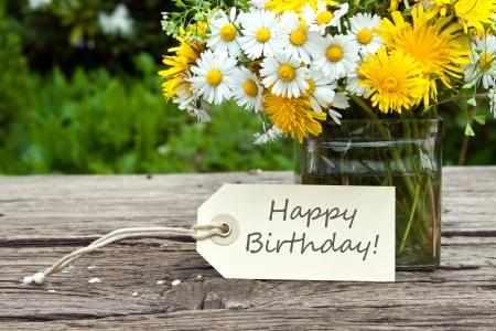 auguri di buon compleanno: fiori selvatici con carta di compleanno
