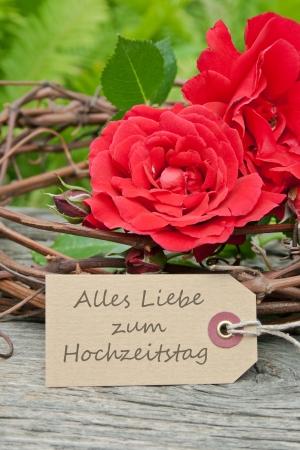 aniversario de boda: rosas rojas y tarjeta del aniversario de boda