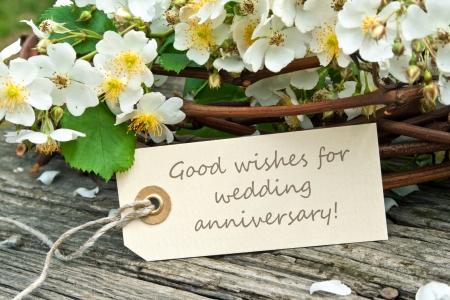 anniversaire mariage: roses blanches avec la carte d'anniversaire de mariage