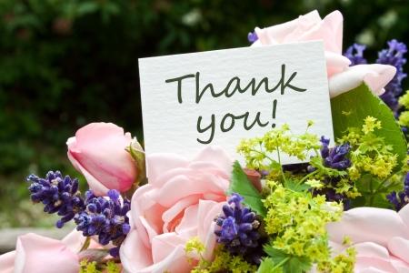 roze rozen, lavendel en kaart met letters dank u