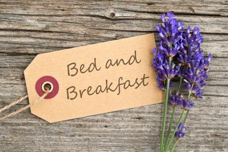 lavendel en label met belettering bed and breakfast