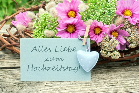 anniversaire mariage: fleurs roses avec une carte d'anniversaire de mariage
