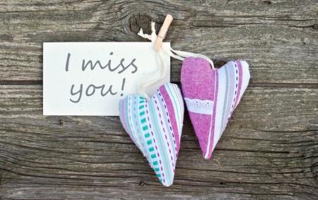 te extra�o: Dos corazones y tarjetas con letras te extra�o