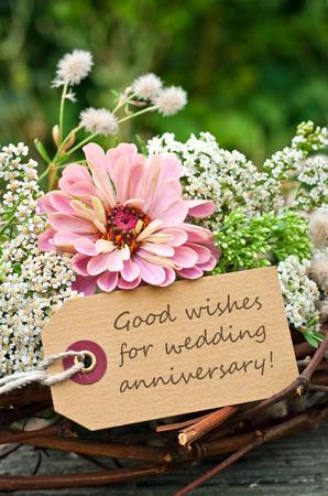 aniversario de boda: rosas de color rosa y una tarjeta para aniversario de bodas