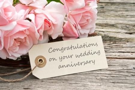 roze rozen en kaart naar trouwdag Stockfoto