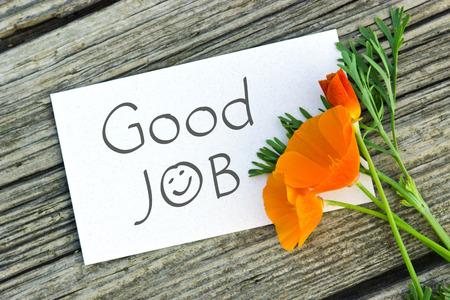 Weiße Karte mit Schriftzug guten Job Ound orange Mohnblume Standard-Bild