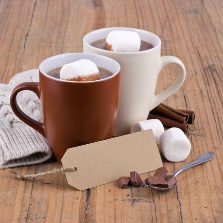 Zwei Tassen heiße Schokolade