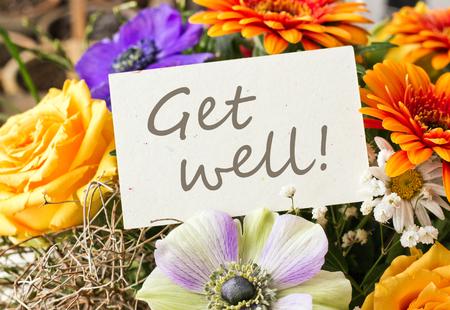 Blumenstrauß mit Rosen, Gerbera und Anemonen mit Karte Standard-Bild