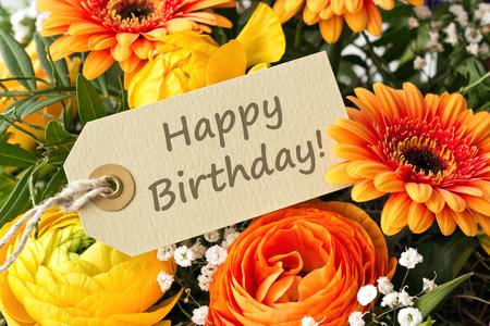 Bouquet mit Butterblumen und Gerbera mit Geburtstagskarte Standard-Bild