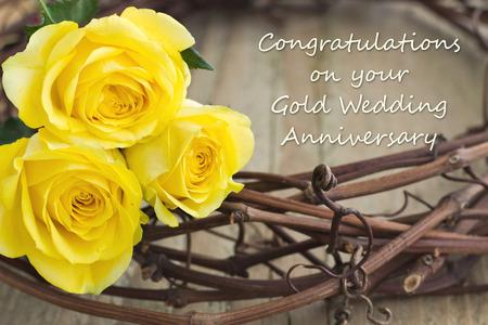 aniversario de boda: tarjeta de aniversario de boda con rosas amarillas Foto de archivo