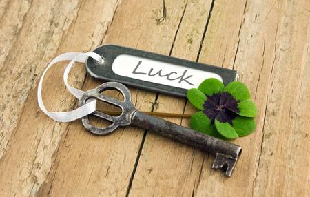 Sleutel, geluksklavertjevier en etiket aan boord Stockfoto - 27255126