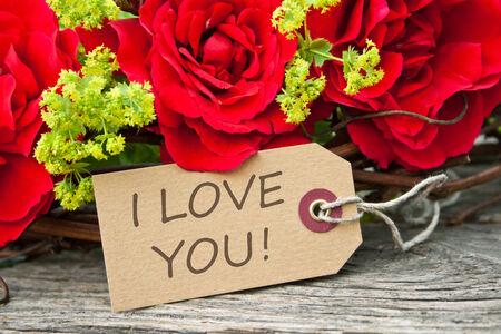 rosas rojas: tarjeta con rosas rojas y letras te amo