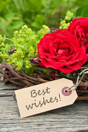 rosas rojas: tarjeta con rosas rojas y de letras mejores deseos