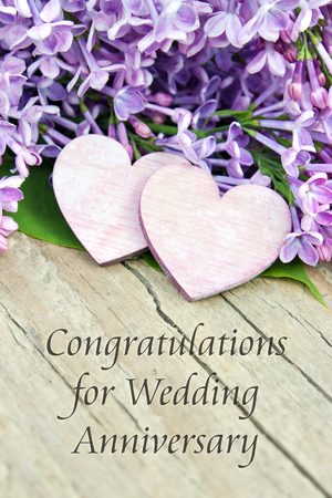 aniversario de boda: tarjeta de Ingl�s aniversario de boda con la lila Foto de archivo