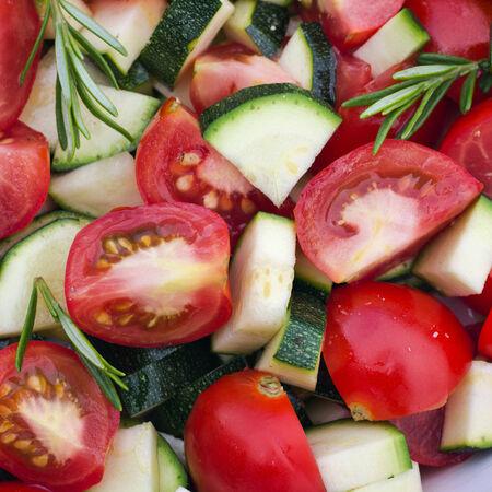 Frische Tomaten, Zucchini und Rosmarin