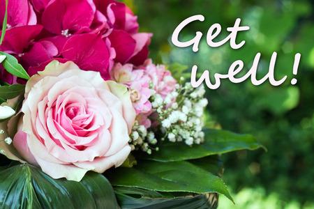 Bouquet con rosa rosa e lettering ottenere ben