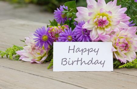 Engels verjaardagskaart met dahlia en asters