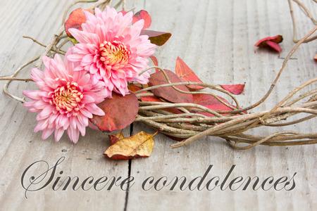 Englisch Trauerkarte mit Chrysanthemen und Herbstlaub Standard-Bild - 33239948