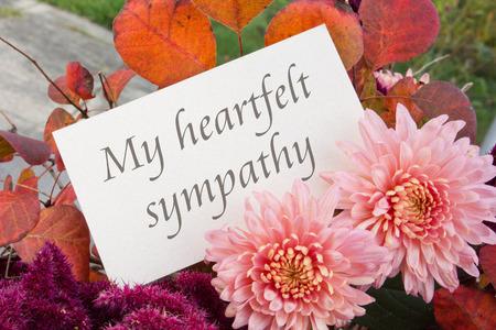 Englisch Trauerkarte mit Chrysanthemen und Herbstlaub