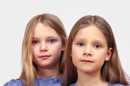 Zwei Mädchen mit langen blonden Haaren