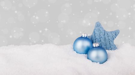 Blaue Weihnachtskugeln und Sterne Standard-Bild - 34439577