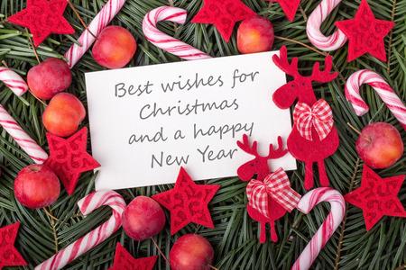 소나무 녹색, 사탕 지팡이, 사과와 텍스트와 영어 크리스마스 카드 베스트는 크리스마스와 새해에 대한 희망