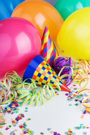 Balloons, streamers, confetti and party hats Standard-Bild