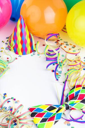 serpentinas: Globos, serpentinas, confeti y sombreros de fiesta