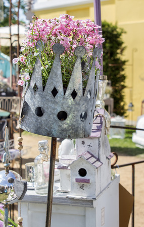 merchandiser: Merchandiser with two flowered cups
