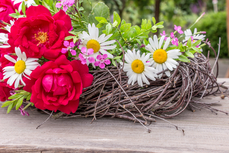 rosas rojas: Wreath with red roses and daisies