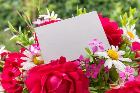 rosas rojas: rosas y margaritas rojas y tarjeta Foto de archivo