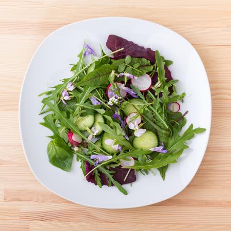 berro: Ensalada con diferentes hojas, verduras y flores Foto de archivo
