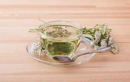 Cup with fresh yarrow tea Standard-Bild