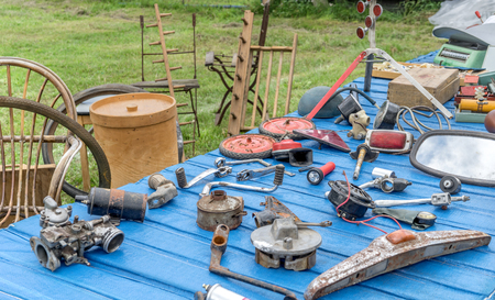 Table with various tools and objects at a flea market Standard-Bild