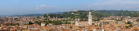 View of the rooftops of the old town and the Verona Cathedral in Italy Standard-Bild