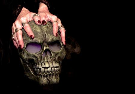 霧の目と鼻の女性の手によって開催されてから来るとハロウィーン小道具頭蓋骨。