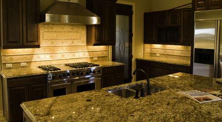 high end: Moderno de gama alta cocina y despensa