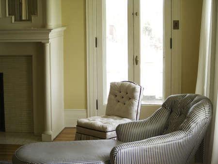 mantel: Elegante camera con sezione inseguire il soggiorno e la sedia cuscino