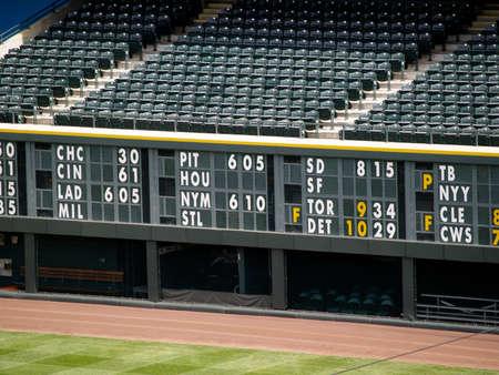 baseball dugout: Un estadio vac�o, a bordo de las estad�sticas por encima de la piragua