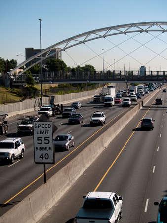 Verkeer op de snelweg met een maximumsnelheid teken in het frame.