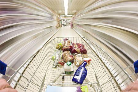 carro supermercado: carro de la compra en movimiento alrededor del supermercado