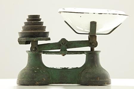 cucina antica: Bilancia da cucina Vecchia con pesi in metallo