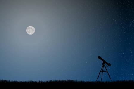 Silhouette di un telescopio su uno sfondo del cielo stellato.