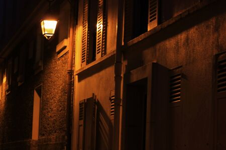 alley in Paris lit at night with a lantern Banque d'images